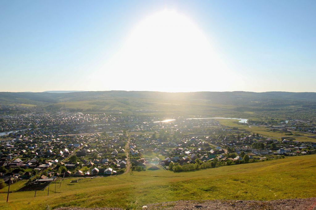 Вид с вершины на город и реку Сим