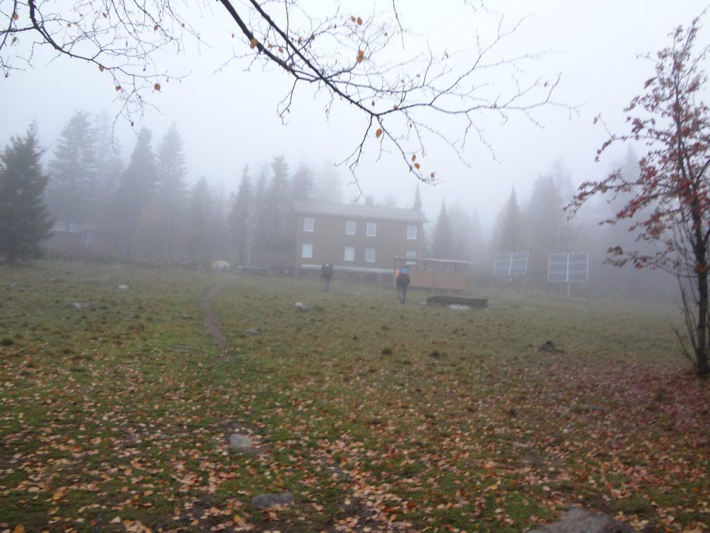 Группа участников похода заходит на территорию приюта Гремучий ключ.