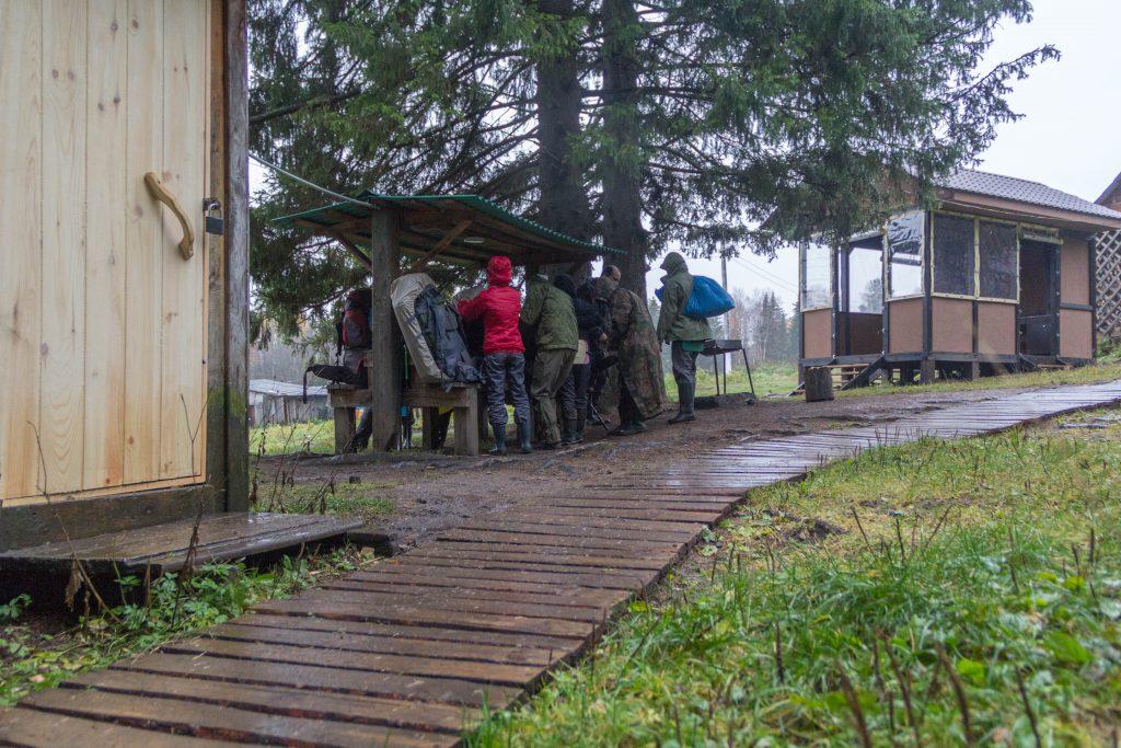 Центральная усадьба. Сборы участников группы перед выходом на маршрут.