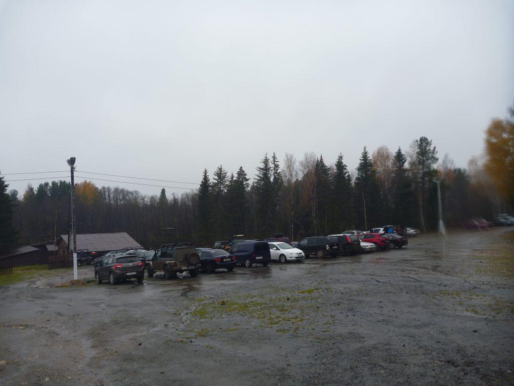 Центральная усадьба Национального парка «Таганай», парковка автомобилей.